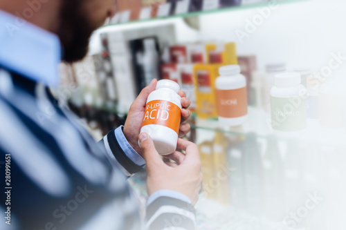 Photo sur Toile Pharmacie Close up of male hands that holding pills