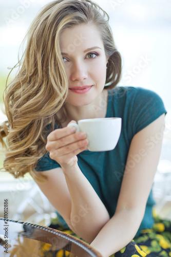 Foto auf AluDibond Akt Woman drinking coffee.