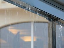 Tormenta De Verano, Lluvia, Gotas De Agua De La Lluvia, Salpicando Todo Lo Que Tocan