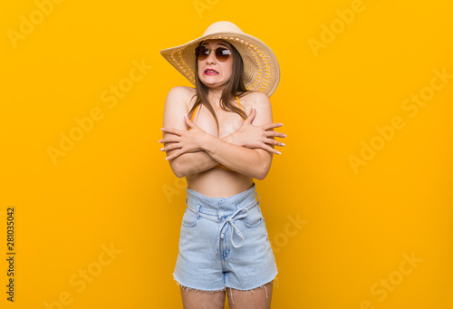 Fotomural Young caucasian woman wearing a straw hat, summer look going cold due to low temperature or a sickness