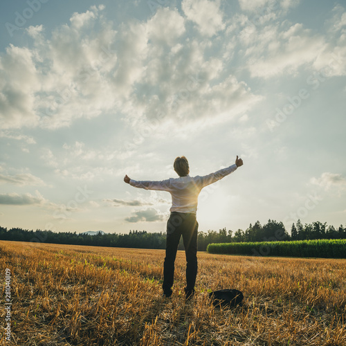 Crédence de cuisine en verre imprimé Kiev Successful young businessman standing in nature