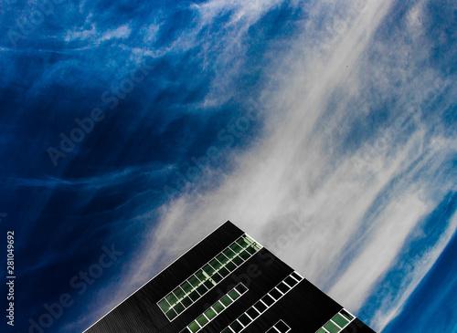 Fotografia  immeuble de bureaux avec ciel bleu