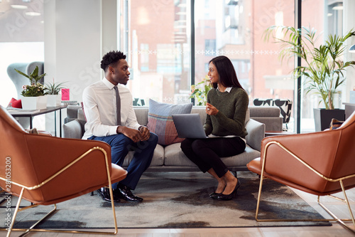 Carta da parati  Businesswoman Interviewing Male Job Candidate In Seating Area Of Modern Office