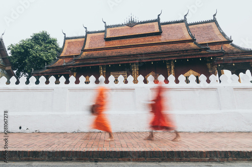 Photo Buddhist monks during Laotian traditional sacred alms giving ceremony in Luang P