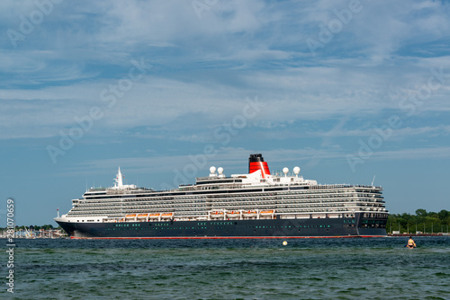 Die Queen Victoria der Cunard Line verläßt am Abend die Kieler Förde zu einer Kr Canvas Print