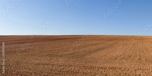 Pinturas sobre lienzo  Vista panorámica de loma de  terreno agricola  arado recientemente y preparados