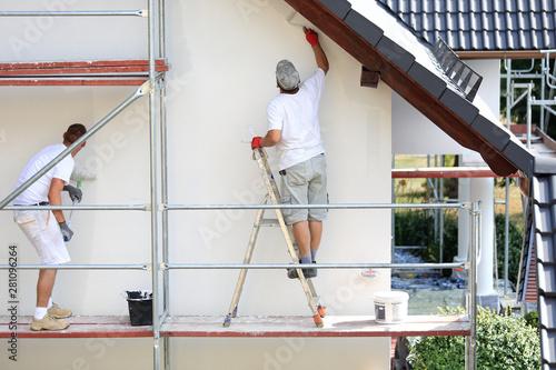 Fototapeta Malowanie wałkiem elewacji budynku na rusztowaniu. obraz