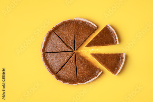 Fotografía Two slices and a cut pumpkin pie. Traditional dessert