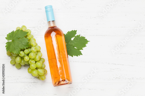 Poster de jardin Fleur Rose wine bottle and grape