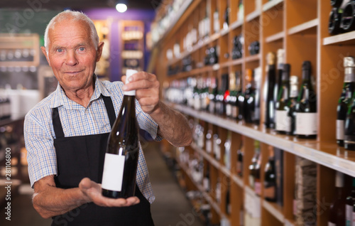 Fotografía Confident older male owner of wine shop
