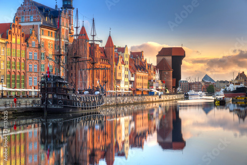Türaufkleber Schiff Gdansk with beautiful old town over Motlawa river at sunrise, Poland.