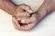 Ein Mann ballt seine Hand zur Faust. Wut, Zorn, Gewalttätigkeit, Aggression