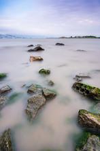 Rochas Em Longa Exposição No Mar.