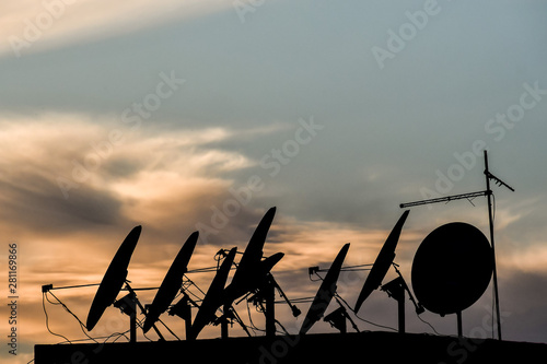 Poster Fleur silhouette of antenna dish, photo as background