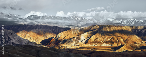 Photo  Beatiful Panoramic view of the snowy mountains in Upper Mustang, Annapurna Nature Reserve, trekking route, Nepal