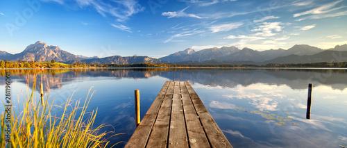Fototapeta Erholung in den Alpen, romantischer Steg am See obraz