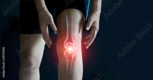 Photo  Elderly woman suffering from pain in knee