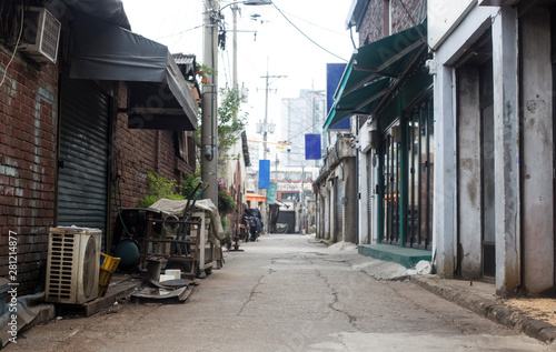 Photo sur Aluminium Ruelle etroite Old narrow alley Korea. streets and narrow alleyways of Korea.