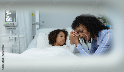 Fotomural  Mother holding hands of her son in the ward at hospital