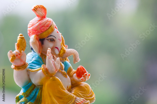 Photo  ceramic ganesha statue tree background