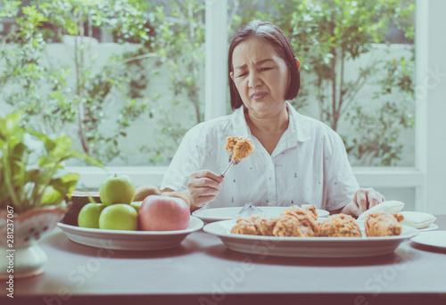 Photo Senior asian woman feeling unhappy and bored meal,Elderly healthy concept