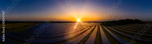 Foto auf AluDibond Schwarz Solar farm panoramic at sunrise