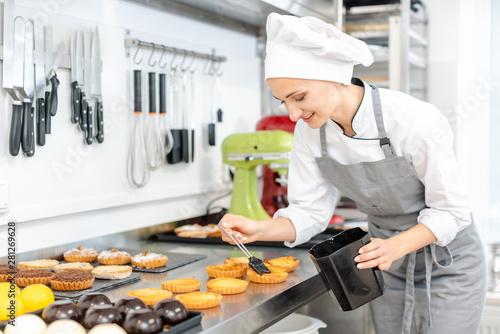 Tela  Pastry chef glazing little cakes
