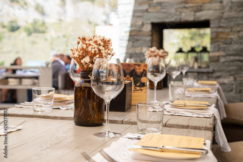 Décoration d'une table dans un restaurant d'altitude Fototapeta