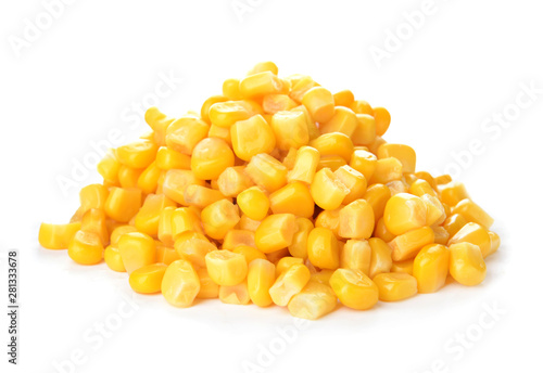 Fotomural Fresh corn kernels on white background