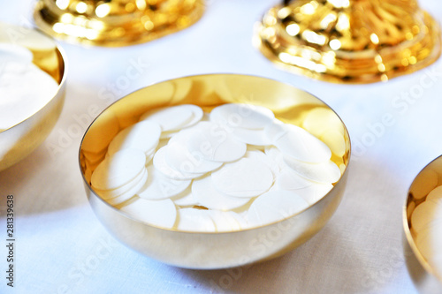 Fotomural  Golden paten with white hosties.