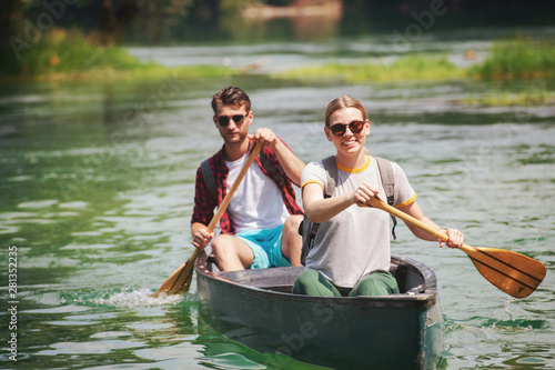 Stampa su Tela couple of explorers conoining on wild river