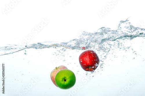 Fototapeta owoce w wodzie   spadajace-owoce-do-czystej-wody