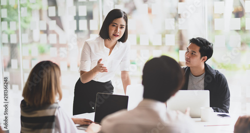 Fotografía  Businesswoman explaining her strategy to her team members