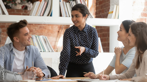 Fotografía  Motivated indian girl hold meeting with groupmates