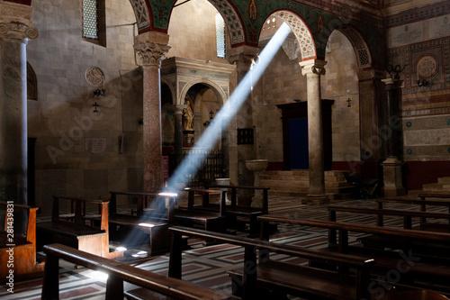 Obraz na plátne Un raggio di sole invade la chiesa