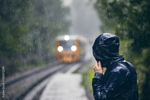 Fotomural  Man in heavy rain