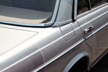 Alte Silberne Deutsche Mittelklasse Limousine Der Siebzigerjahre Und Siebzigerjahre Vor Einer Werkstatt In Wettenberg Krofdorf-Gleiberg Bei Gießen In Mittelhessen