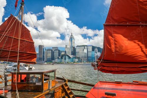Foto auf AluDibond Violett rot Victoria Harbour Hong Kong with vintage ship