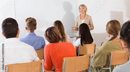 Fotografia Female teacher lecturing to students