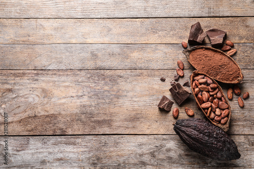 Cuadros en Lienzo Flat lay composition with cocoa pods and beans on wooden table