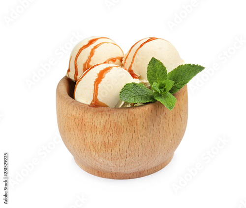 Photo  Delicious ice cream with caramel sauce and mint in wooden bowl on white backgrou