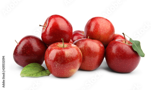 Fotografía  Ripe juicy red apples with leaves on white background