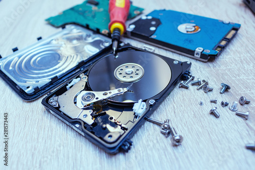 Fotografia  old broken hard disk drives composition in a repair recovery service concept clo