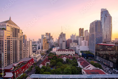 Photo  Panorama of landscape with sunset over the building and blue sky at bangkok ,Thailand