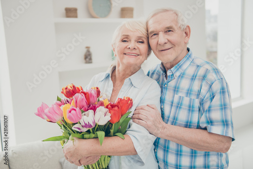 Fotografía  Photo of two adorable aged people hugging pair anniversary holiday surprise big