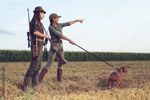 Poster Chasse Women hunters with hunting dog