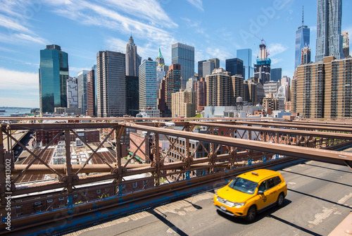 Photo sur Aluminium New York TAXI New York Manhattan skyline from the Brooklyn Bridge with yellow taxi