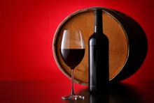 赤ワインとワイン樽