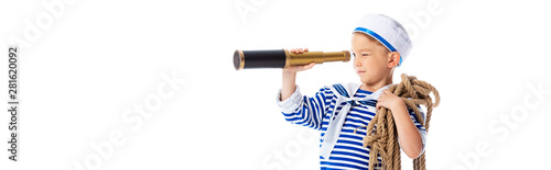 Foto panoramic shot of focused boy in sailor costume holding rope and looking through