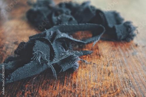Carta da parati  jean denim fabric scraps on a wooden table
